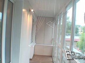 Отделка балкона с витражным остеклением.